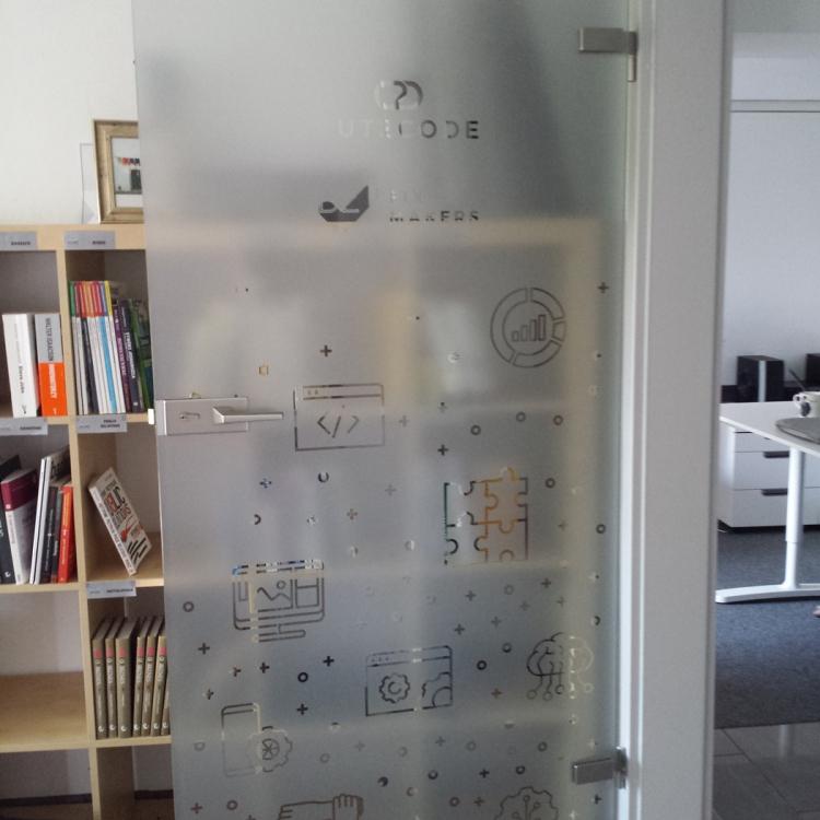 Folia szroniona wyklejanie szklanych drzwi